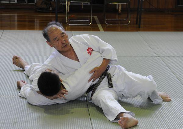 Шихан Хидео Дойа проводит классическое удержание