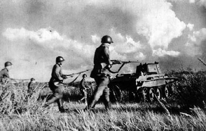 Пехота РККА идет в атаку на Халхин-Голе